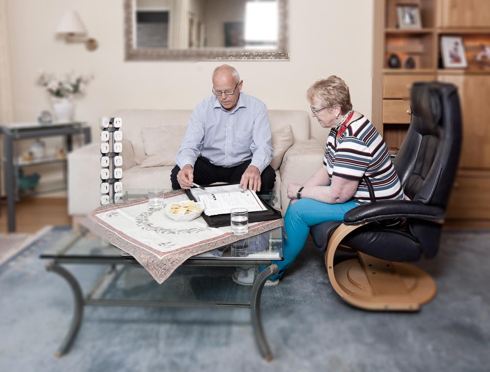 Uwe Heintzen im Wohnzimmer einer Kundin bei der Hausberatung