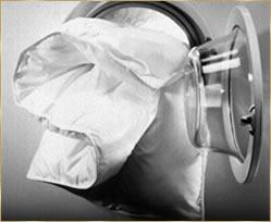 Bettenreinigung: Unsere Industrie-Waschmaschine mit einer Daunendecke