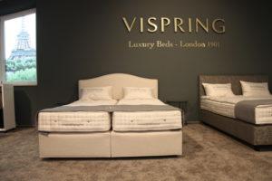 Vispring-Bett mit Kopfteil IRIS bei uns im Showroom